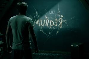 Danny Torrance eli Ewan Mc Gregor näkee kirjoituksen seinällä. Kuva: Courtesy of Warner Bros. Pictures.
