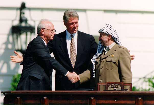 Jitzhak Rabin ja Jasser Arafat solmivat Oslon sopimuksen 1993. Kuva: Wikipedia.