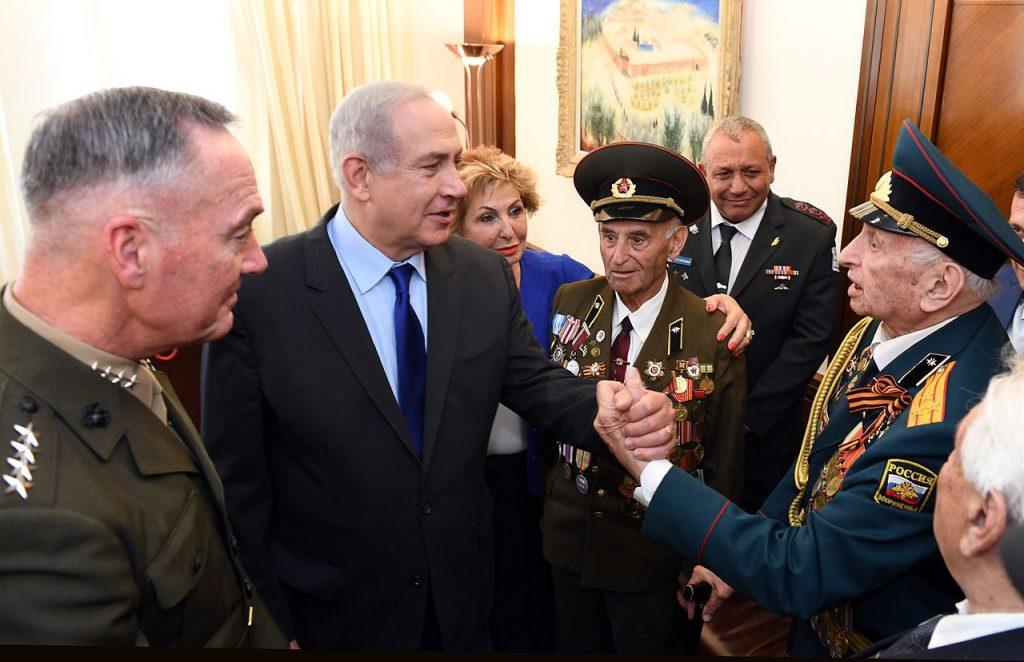 Juutalaisia Puna-armeijan veteraaneja Israelissa voitonpäivänä 2017. Kuva: Wikipedia.
