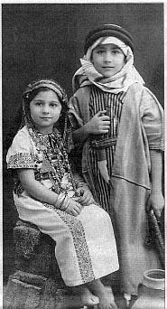Edward Said ja hänen sisarensa Rosemarie vuonna 1940. Kuva: Wikipedia.