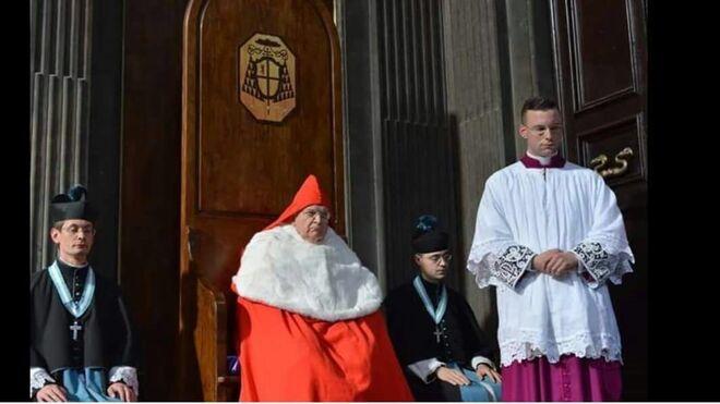 Kardinaali Burke keskellä. Kuva: Wikipedia.