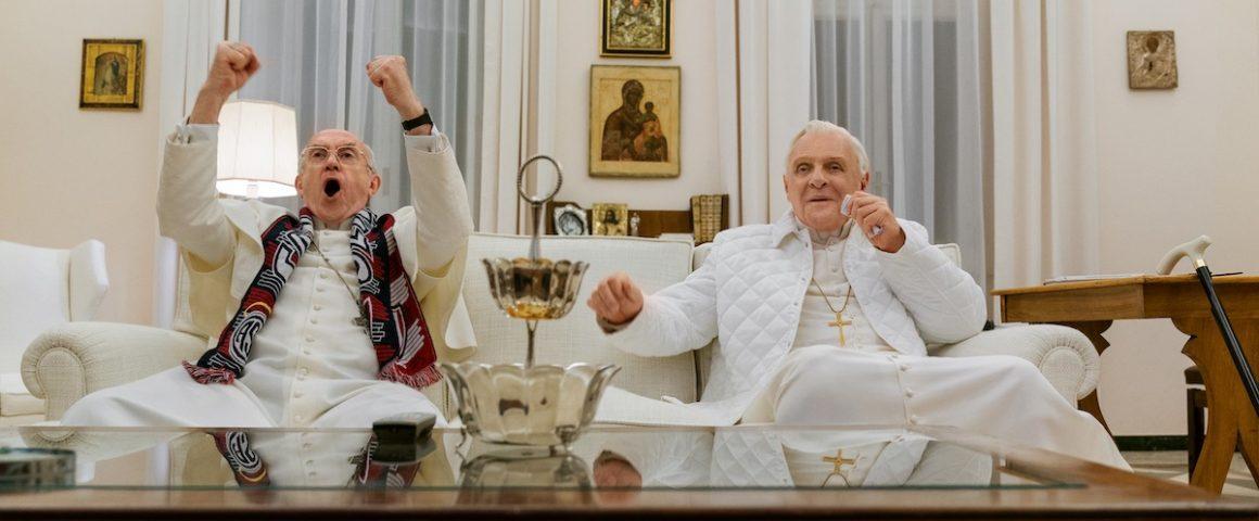 Franciscus ja Benedictus katsovat jalkapalloa. Kuva: Scanbox Finland Oy.