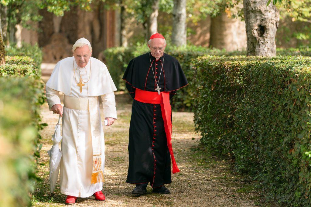 Benedictus ja Bergoglio (keksityssä) tapaamisessaan Castel Gandolfossa. Kuva: Scanbox Finland Oy.