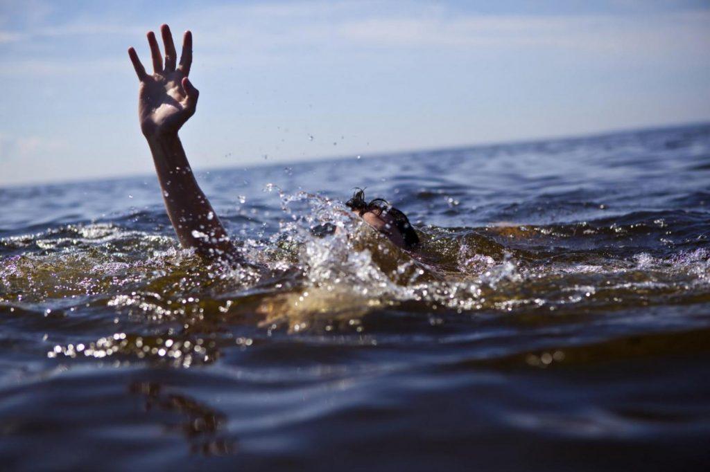 Kuka auttaa hukkuvaa? Kuva: EuroSafe.