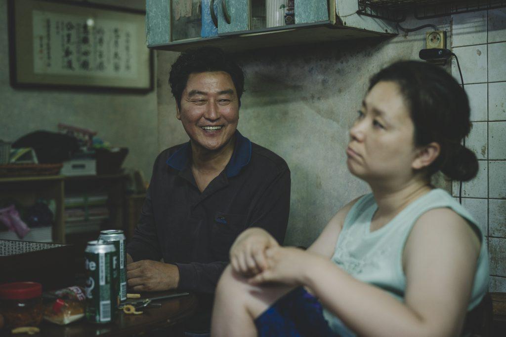 Kimin perheen isä ja äiti. Heitä näyttelevät Song Kang-ho ja Jang Hye-jin. Kuva: Future Film.
