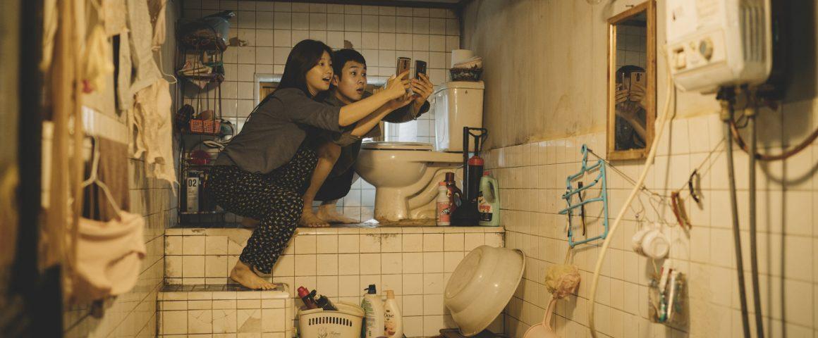 Kimin perheen lapset, tytär Ki-jeong ja poika Ki-woo kuvaushommissa pienessä kellariasunnossaan. Kuva: Future Film.