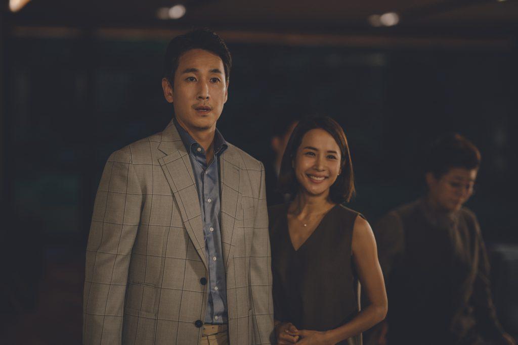 Parkin perheen isä ja äiti. Heitä näyttelevät Lee Sun-kyun ja Cho Yeo-jeong. Kuva: Future Film.