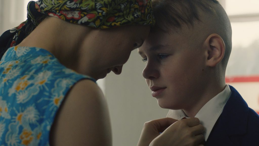 Äiti ja poika. Nika Savolainen ja Niklas Kouzmitchev. Kuva: Elen Lotman ©Exitfilm 2019