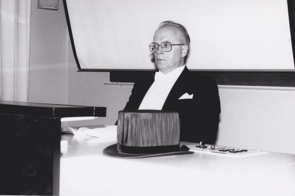 Kustoksena Mikko Malkavaaran väitöksessä 1993. Kuva: Mikko Ketola.