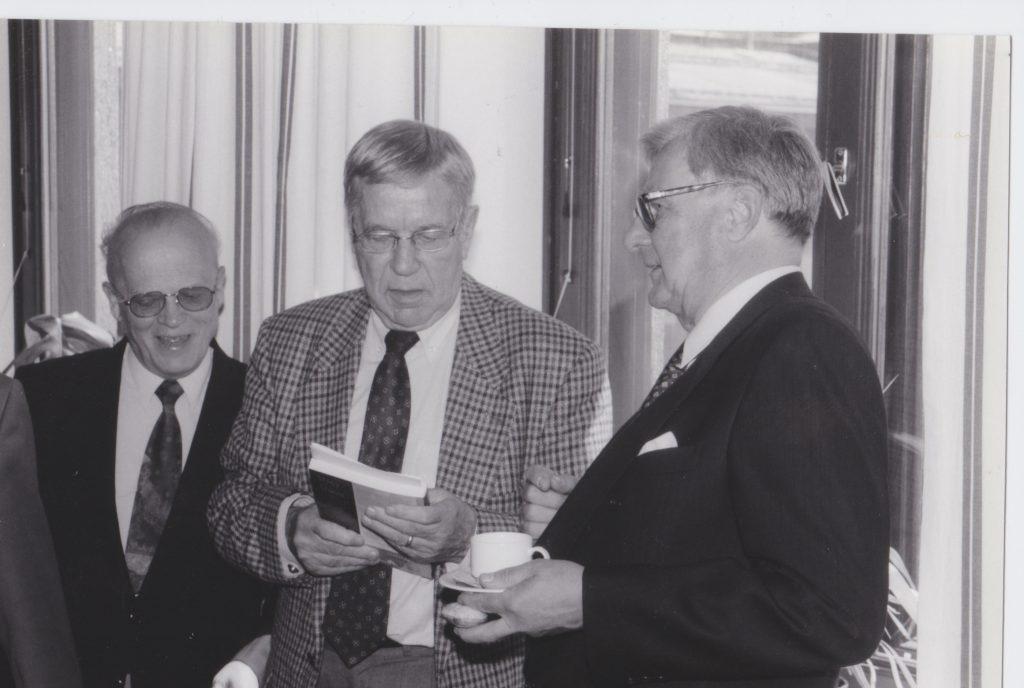 Risto Lehtosen teoksen Story of a Storm julkistamisessa 1998. Vieressä Mikko Juva ja Risto Lehtonen. Kuva Mikko Ketola