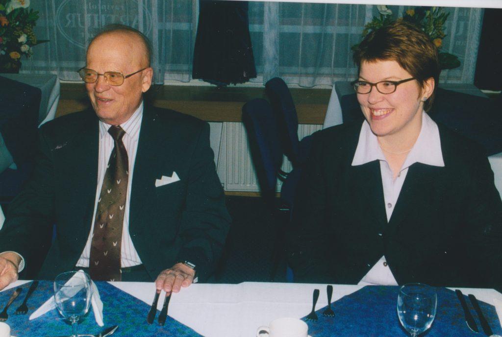 SKHSn vuosijuhlaillallisilla 2003. Vieressä nykyinen Espoon piispa Kaisamari Hintikka. Kuva Mikko Ketola.