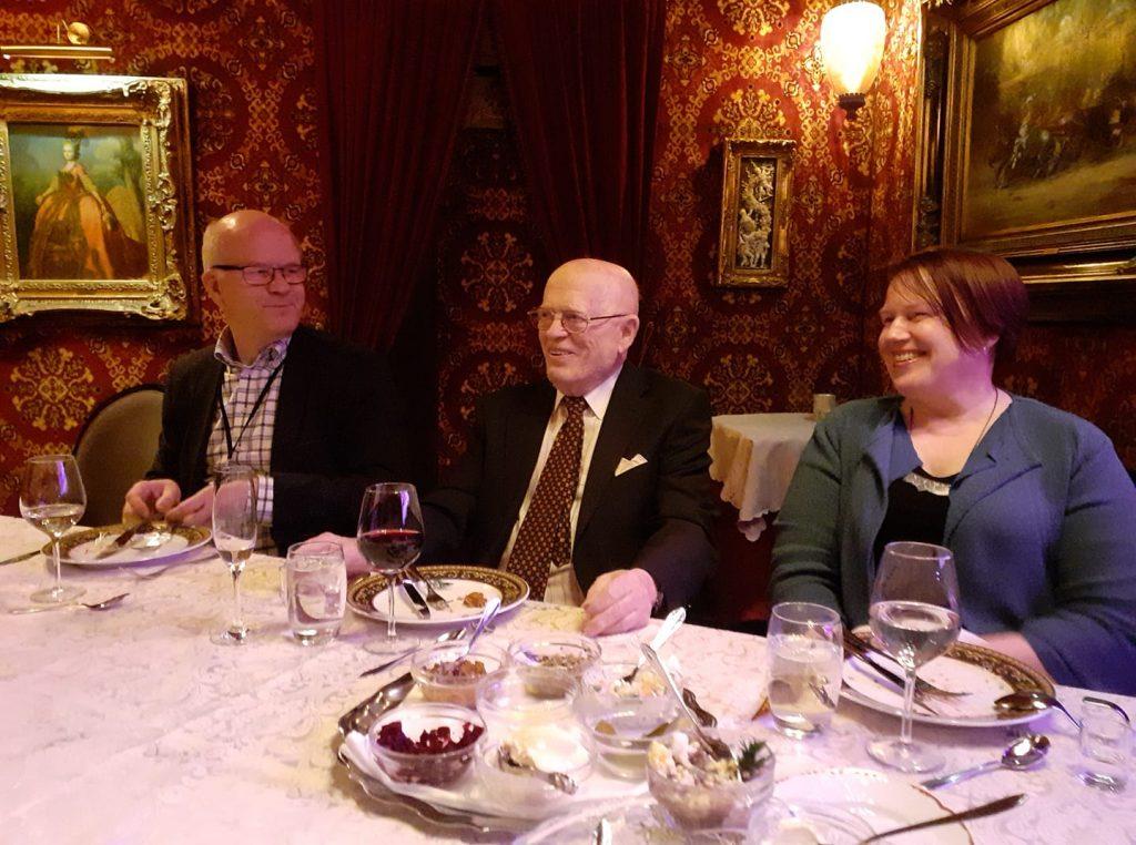 Vanhojen oppilaiden kanssa illallisella juuri ennen koronakriisin puhkeamista keväällä 2020. Vieressä dosentti Kimmo Kääriäinen ja teologian tohtori Hanna-Maija Ketola. Kuva Mikko Ketola