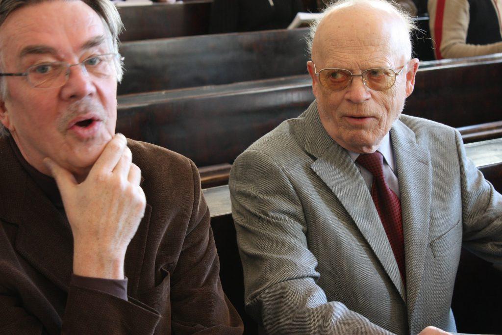 Seuraamassa väitöstilaisuutta yhdessä teologian tohtori Jaakko Ripatin kanssa 2009. Kuva: Mikko Ketola.