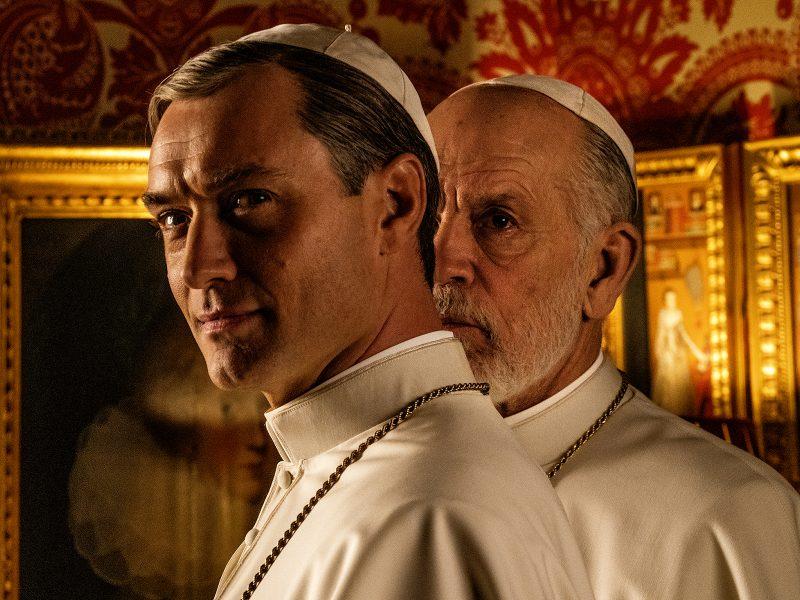 Jude Law ja John Malkovich paaveina.