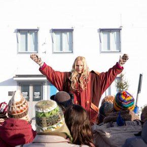 Laura Malmivaara esittää vaihtoehtoisen yhteisön johtajaa.