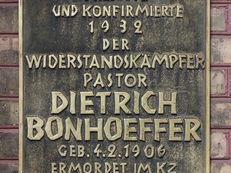 Dietrich Bonhoefferin muistolaatta Berliinissä.