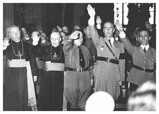 Katoliset papit esittävät natsitervehdyksen yhdessä natsijohtajien kanssa.