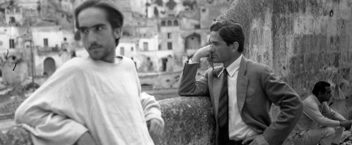 Artikkelikuvassa Jeesusta esittänyt Enrico Irazoqui ja Pier Paolo Pasolini elokuvan kuvauksissa Materassa. Kuva Domenico Notarangelo/Wikipedia.
