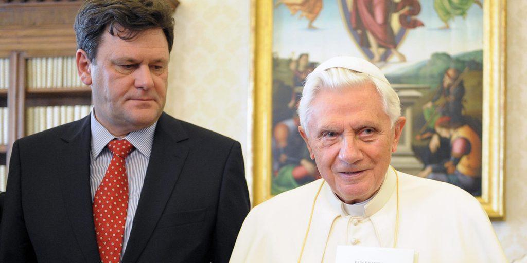 Peter Seewald paavi Benedictuksen seurassa. Kuva lainattu Osservatore Romanosta.