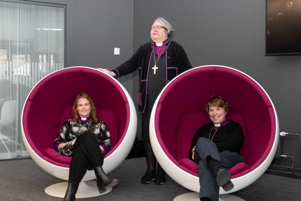 Kolme naista, kolme piispaa. Kuva on otettu Yleisradion Horisontti-ohjelman nauhoituksen yhteydessä 2.3.2021. Mari Leppänen, Irja Askola, Kaisamari Hintikka.