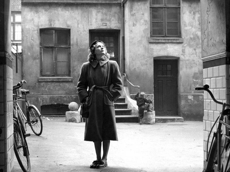 ove Ditlevsen lapsuutensa kotipihalla noin 1950. Foto Birthe Melchiors/ Ritzau.