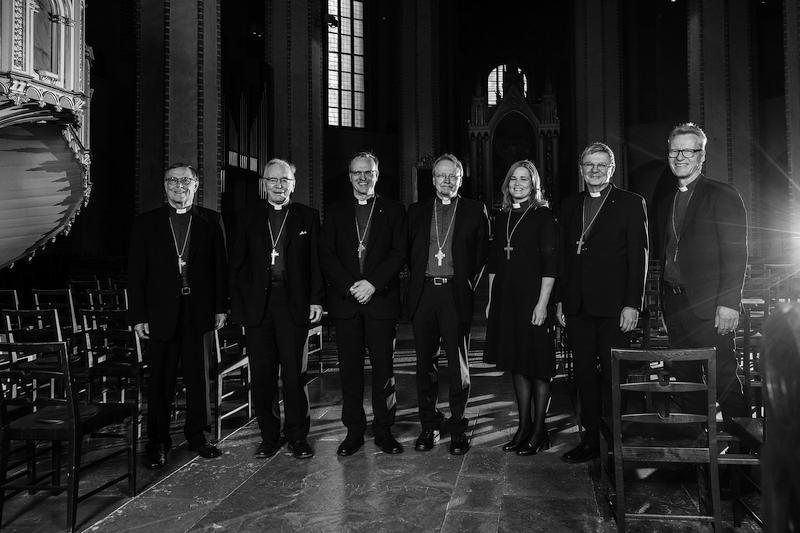 Kaikki elossa olevat arkkipiispat ja Turun piispat asettuivat yhteiskuvaan Turun tuomiokirkossa toukokuussa 2021. Arkkipiispoja olivat (vasemmalta) Jukka Paarma (1998–2010), John Vikström (1982–1998), Tapio Luoma (2018–) ja Kari Mäkinen (2010–2018, myös Turun piispa 2006–2010) sekä Turun piispoja Mari Leppänen (2021–), Kaarlo Kalliala (2011–2021) ja Ilkka Kantola (1998–2005). Kuva: Turun arkkihiippakunnan tuomiokapituli, Jani Laukkanen.