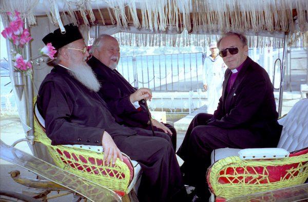 Arkkipiispa John Vikström vieraili vuonna 1998 ekumeenisen patriarkan Bartolomeoksen luona Turkissa yhdessä Suomen ortodoksisen kirkon arkkipiispan Johanneksen kanssa. Tässä kirkonjohtajat ovat kärrykyydissä Halkin saarella. Kuva: Heikki Jääskeläinen.