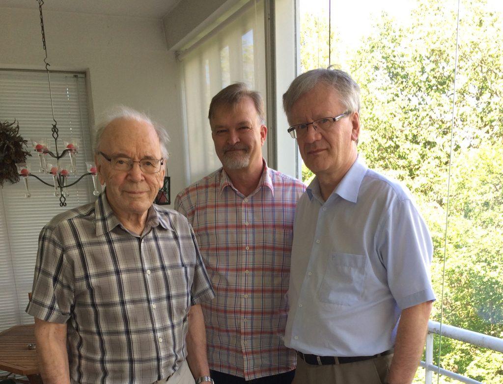 Emeritusarkkipiispa ja hänen tutkijansa Turussa kesäkuussa 2021. Vasemmalta John Vikström, Mikko Ketola ja Hannu Mustakallio. Kuva: Claire-Ann Still.